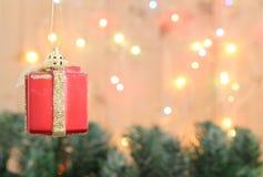 Υπόβαθρο χριστουγεννιάτικων δέντρων με το δώρο κιβωτίων διακοσμήσεων και bokeh το λι στοκ εικόνα με δικαίωμα ελεύθερης χρήσης