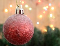 Υπόβαθρο χριστουγεννιάτικων δέντρων με το δώρο σφαιρών διακοσμήσεων και bokeh το λ στοκ φωτογραφίες