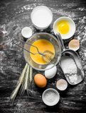 Υπόβαθρο ψησίματος Αλεύρι με το γάλα, τα αυγά και spikelets στοκ φωτογραφίες με δικαίωμα ελεύθερης χρήσης