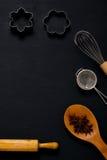 Υπόβαθρο ψησίματος με τα εργαλεία κουζινών στο σκοτεινό ξύλο Στοκ φωτογραφίες με δικαίωμα ελεύθερης χρήσης