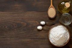 Υπόβαθρο ψησίματος με τα συστατικά για την ιταλική ζύμη πιτσών Στοκ φωτογραφία με δικαίωμα ελεύθερης χρήσης