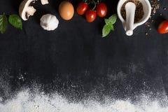 Υπόβαθρο ψησίματος με το διάστημα αντιγράφων στη μαύρη επιφάνεια για το κείμενό σας Τοπ όψη Συστατικά τροφίμων στα επιτραπέζια λα στοκ φωτογραφία με δικαίωμα ελεύθερης χρήσης