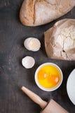 Υπόβαθρο ψησίματος με το ψωμί, eggshell, αλεύρι, κυλώντας καρφίτσα Στοκ εικόνες με δικαίωμα ελεύθερης χρήσης