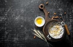 Υπόβαθρο ψησίματος Πρόσφατα έτοιμη ζύμη σε μια κατσαρόλλα με το αυγό και spikelets στοκ εικόνες με δικαίωμα ελεύθερης χρήσης