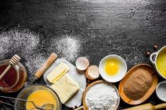 Υπόβαθρο ψησίματος Συστατικά για την κατασκευή των σπιτικών μπισκότων στοκ φωτογραφία με δικαίωμα ελεύθερης χρήσης