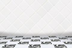 Υπόβαθρο Architectual φιαγμένο από άσπρο μωσαϊκό διαμαντιών και γραπτό πάτωμα Στοκ εικόνες με δικαίωμα ελεύθερης χρήσης