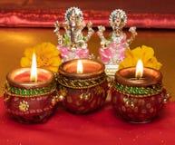 Υπόβαθρο Diwali που παρουσιάζει λαμπτήρες LIT ενάντια στα είδωλα των θεοτήτων Lakshmi και Ganesh στοκ εικόνες