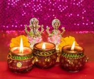 Υπόβαθρο Diwali που παρουσιάζει λαμπτήρες LIT ενάντια στα είδωλα των θεοτήτων Lakshmi και Ganesh στοκ εικόνες με δικαίωμα ελεύθερης χρήσης