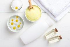Υπόβαθρο SPA με αλατισμένη, φυσική κρέμα θάλασσας λουτρών την κίτρινη και chamomile στοκ εικόνες