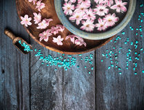 Υπόβαθρο SPA με το άλας, το κύπελλο, τα λουλούδια και το νερό θάλασσας, Στοκ εικόνα με δικαίωμα ελεύθερης χρήσης