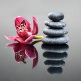 Υπόβαθρο SPA με το λουλούδι και τις πέτρες ορχιδεών Στοκ εικόνες με δικαίωμα ελεύθερης χρήσης