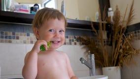Υπόβαθρο Toothbrushing Οδοντόβουρτσα και μωρό Πρώτα δόντια Οδοντόπαστα για τα δόντια γάλακτος Μωρό που βουρτσίζει τα δόντια μέσα απόθεμα βίντεο