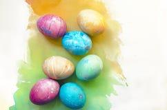 Υπόβαθρο Watercolor με τα ζωηρόχρωμα αυγά Πάσχας ουράνιων τόξων Ευγενής, γραφική φωτοσύνθεση άνοιξη Στοκ Φωτογραφίες