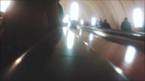Υπόγεια έννοια μετρό οι άνθρωποι στον υπόγειο οδηγούν μια κυλιόμενη σκάλα πλήθος θολωμένου του άνθρωποι τηλεοπτικού τρόπου ζωής φιλμ μικρού μήκους