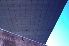 Υπόγεια διάβαση γεφυρών και κτήριο τούβλου Στοκ φωτογραφία με δικαίωμα ελεύθερης χρήσης