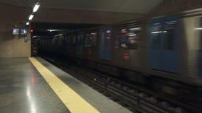 Υπόγεια τρένα που εισάγουν το σταθμό στη Λισσαβώνα απόθεμα βίντεο