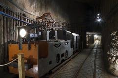 Υπόγειες σήραγγα και μηχανή στο αλατισμένο ορυχείο Στοκ φωτογραφία με δικαίωμα ελεύθερης χρήσης