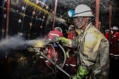 Υπόγειοι ανθρακωρύχοι χρωμίου λευκόχρυσου που τρυπούν τις τρύπες φυσήματος με τρυπάνι Στοκ φωτογραφίες με δικαίωμα ελεύθερης χρήσης