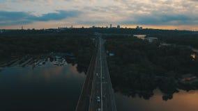 Υπόγειος και γέφυρα αυτοκινήτων Εικονική παράσταση πόλης στο εναέριο μήκος σε πόδηα κηφήνων σούρουπου απόθεμα βίντεο