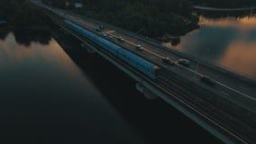 Υπόγειος και γέφυρα αυτοκινήτων Εικονική παράσταση πόλης στο εναέριο μήκος σε πόδηα κηφήνων σούρουπου φιλμ μικρού μήκους