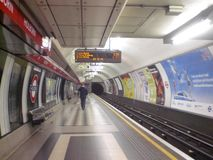 Υπόγειος σταθμός στην πόλη του Λονδίνου στην Αγγλία στην Ευρώπη με έναν επιβάτη τραίνα και μεταφορά των ανθρώπων στοκ εικόνες