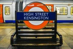 Υπόγειος σταθμός Kensington κεντρικών οδών που παρουσιάζει εικονικό σημάδι σωλήνων στην πλατφόρμα των γραμμών περιοχής και κύκλων Στοκ Φωτογραφίες