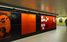 Υπόγειος σταθμός Radmansgatan στη Στοκχόλμη Διακοσμημένος με το κόκκινο Στοκ Φωτογραφία