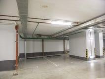 Υπόγειος χώρος στάθμευσης για τα αυτοκίνητα σε ένα κατοικημένο κτήριο στοκ φωτογραφία με δικαίωμα ελεύθερης χρήσης
