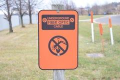 Υπόγειο πορτοκάλι σημαδιών οδών καλωδίων οπτικών ινών Στοκ φωτογραφία με δικαίωμα ελεύθερης χρήσης