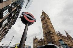 Υπόγειο σύμβολο του Λονδίνου κάτω από Big Ben Στοκ Εικόνες