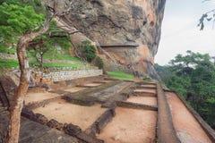 Υπόγειο του αρχαίου παλατιού πόλεων στο βράχο Sigiriya και των τουριστών που περπατούν γύρω από τη archeological περιοχή Στοκ Εικόνες
