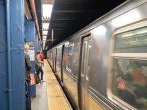 Υπόγειο τρένο Μητροπολιτικού Οργανισμού Συγκοινωνιών MTA whizzin στοκ εικόνα με δικαίωμα ελεύθερης χρήσης
