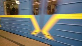 Υπόγειο τρένο που αφήνει το σταθμό μετρό, κερδίζοντας την ταχύτητα, που κινείται γρήγορα απόθεμα βίντεο