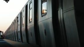 Υπόγειο τρένο που εισάγει το σταθμό στην πόλη της Νέας Υόρκης - Μπρούκλιν απόθεμα βίντεο