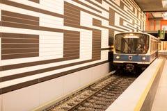 Υπόγειο τρένο που μπαίνει σε το σταθμό στο Μόναχο Γερμανία Στοκ φωτογραφία με δικαίωμα ελεύθερης χρήσης