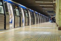 Υπόγειο τρένο που τοποθετείται στον υπόγειο σταθμό Στοκ φωτογραφία με δικαίωμα ελεύθερης χρήσης