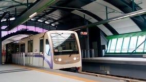 Υπόγειο τρένο στο σταθμό μετρό απόθεμα βίντεο