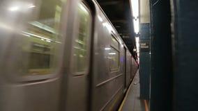Υπόγειο τρένο της Νέας Υόρκης που φθάνει στο σταθμό Γουώλ Στρητ απόθεμα βίντεο
