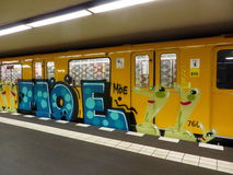 Υπόγειο τρένο του Βερολίνου με τα γκράφιτι Στοκ εικόνες με δικαίωμα ελεύθερης χρήσης