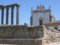 Υπόλοιπα ενός παλαιού ναού μπροστά από μια γοτθική εκκλησία, Ευαγγελιστής Evora του ST John Πορτογαλία στοκ φωτογραφίες