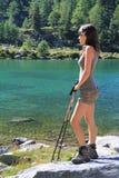 Υπόλοιπα κοριτσιών πεζοπορίας στη λίμνη Arpy Στοκ Εικόνες