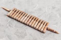 Υπόλοιπος κόσμος πολλών σφαιρών μετάλλων για το επιθετικό τουφέκι σπασμένο στο γκρι σκυρόδεμα Στοκ Φωτογραφία