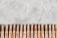 Υπόλοιπος κόσμος πολλών σφαιρών μετάλλων για το επιθετικό τουφέκι σπασμένο στο γκρι σκυρόδεμα Στοκ Εικόνα