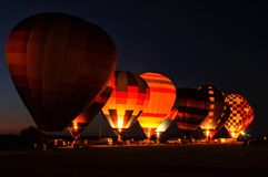 Υπόλοιπος κόσμος του φωτός μπαλονιών ζεστού αέρα επάνω ο ουρανός κατά τη διάρκεια μιας πυράκτωσης μπαλονιών Στοκ Φωτογραφίες