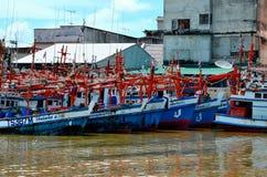Υπόλοιπος κόσμος των αλιευτικών σκαφών που σταθμεύουν στο λιμάνι Pattani Ταϊλάνδη ψαριών στοκ εικόνες