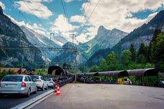 Υπόλοιπος κόσμος των αυτοκινήτων που παίρνουν στα τραίνα αυτοκινήτων Στοκ Φωτογραφίες