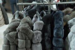 Υπόλοιπος κόσμος των γκρίζων παλτών γουνών στο ράφι, ντύνοντας κατάστημα Στοκ εικόνες με δικαίωμα ελεύθερης χρήσης