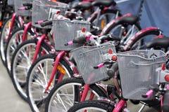 Υπόλοιπος κόσμος των νέων ποδηλάτων με τα καλάθια αγορών στο κατάστημα Στοκ Φωτογραφία