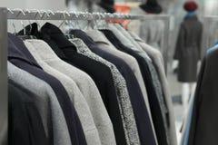 Υπόλοιπος κόσμος των παλτών φθινοπώρου που κρεμούν στο ράφι στο κατάστημα Στοκ Εικόνες