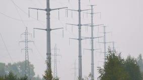 Υπόλοιπος κόσμος των πύργων υψηλής τάσης που κρατά τα ηλεκτρικά καλώδια απόθεμα βίντεο